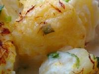 картофель с яйцами и соусом, картофель с травами и соусом, картофель в соусе фото