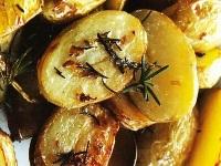 картофель разрезанный на 2 части, картофель пополам, запеченный пополам картофель