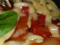 картофельные галушки с помидорным соусом, картофельные галушки с соусом, картофельные галушки с помидорами фото